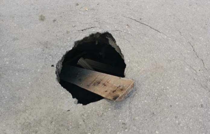 На улице Октябрьской в Рязани провалился асфальт