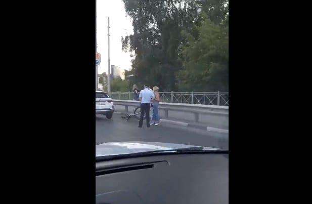 На путепроводе в посёлок Приокский Рязани автомобиль сбил велосипедиста