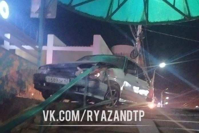 На Московском шоссе Рязани ВАЗ протаранил остановку