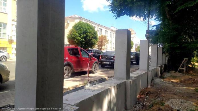 В Верхнем парке Рязани устанавливают бетонные столбы для нового забора