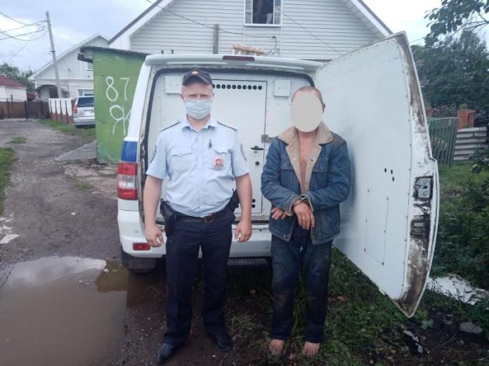 В Рязани полицейские задержали нетрезвого мужчину с топором