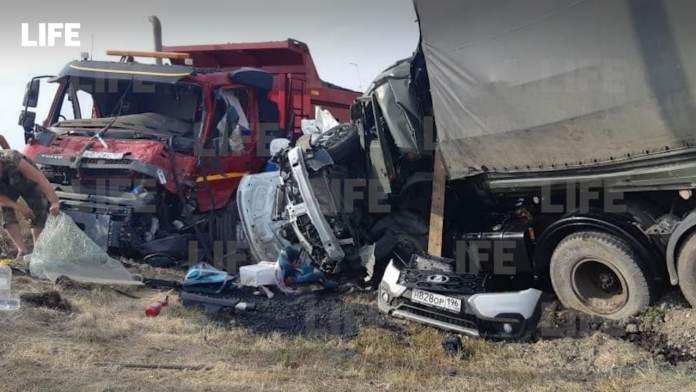 Трое взрослых и ребёнок погибли в аварии легковушки с грузовиками в Саратовской области
