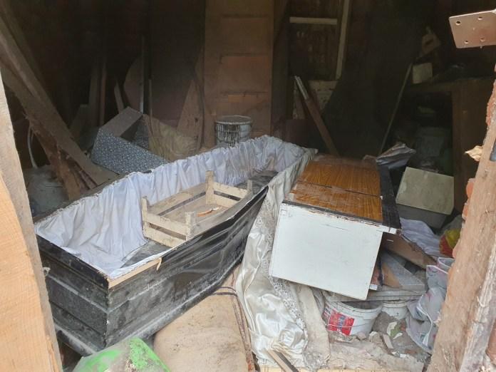 В центре Рязани депутат Гордумы нашла в бесхозной постройке гроб