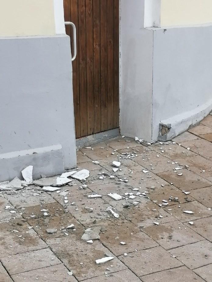 Со здания Рязанской областной думы начала сыпаться штукатурка