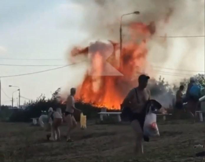 На Борковском карьере в Рязани загорелась куча сухих бревен