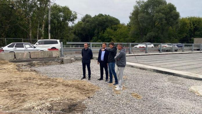 Борис Ясинский проинспектировал ремонт моста через Трубеж