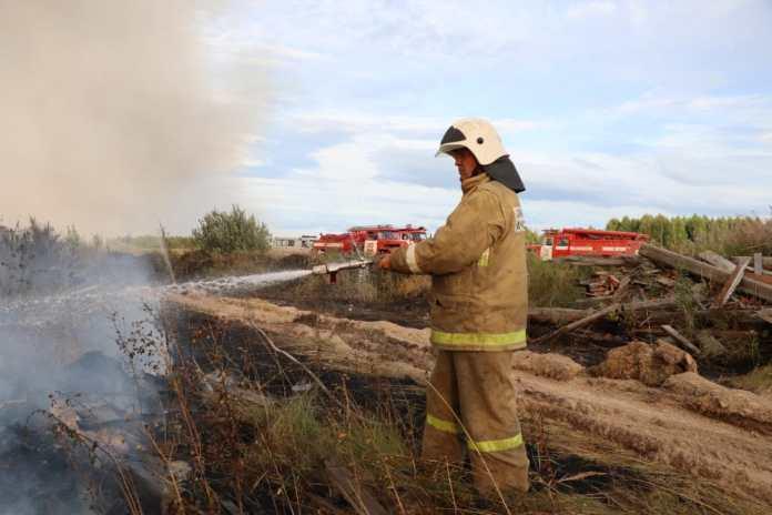 Спасатели ликвидировали пожар на свалке под Тумой