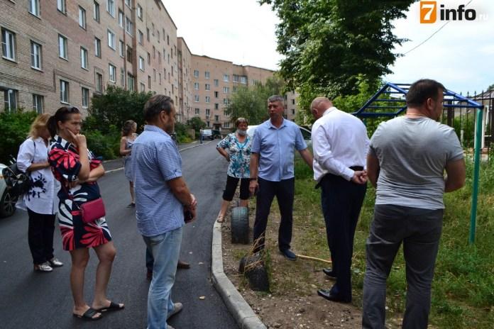 Депутаты проконтролировали благоустройство дворов на улицах Либкнехта и Затинной