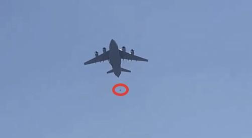 Люди, пытавшиеся сбежать из Кабула, упали с самолёта