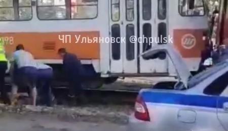 Трамвай отрезал ноги рабочему, который косил траву