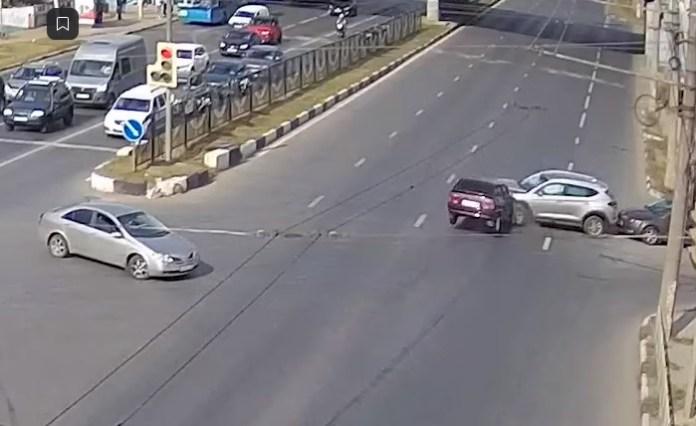 ДТП с вишнёвой «4тыркой» на Московском шоссе попало на видео
