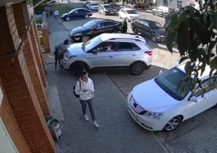 Внедорожник сбил женщину с ребёнком, прижав их к стене