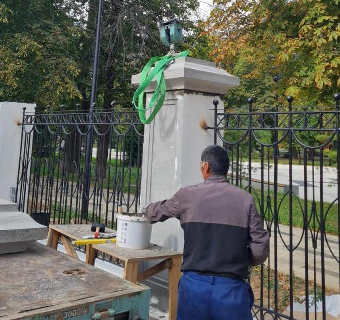 В Верхнем городском парке устанавливают металлические ограждения