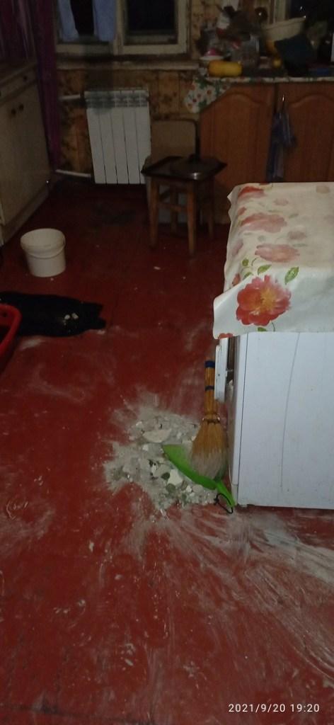 В Рязани во время дождя рухнул потолок в жилом доме