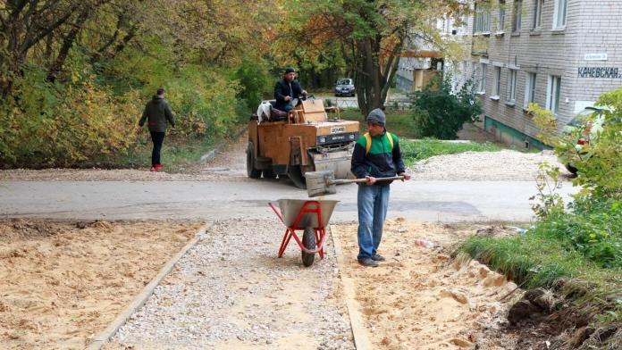Елена Сорокина проверила ремонт двора и дороги в Строителе