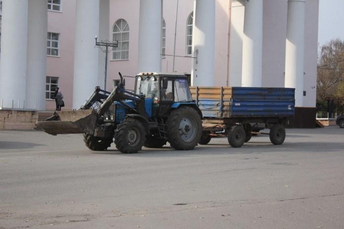 Работники Скопинской районной администрации вышли на субботник