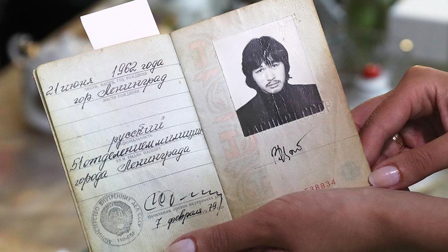 Паспорт лидера группы «Кино» Виктора Цоя продали на торгах в московском аукционном доме «Литфонд». Документ, который предположительно был первым удостоверением личности музыканта, продали за 9 млн рублей.