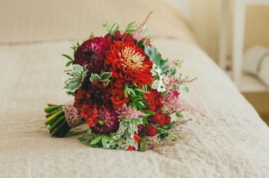 Красный свадебный букет для невесты