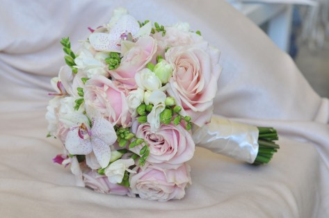 Букет невесты из розовых роз и орхидей