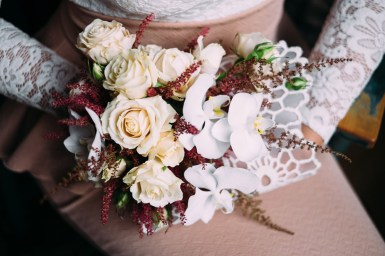 Букет невесты с кружевом