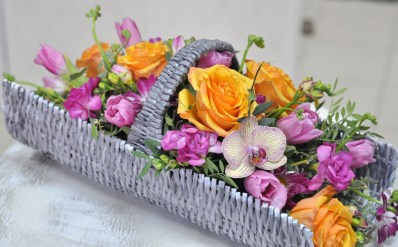 Корзина - розы, орхидеи, лизиантус