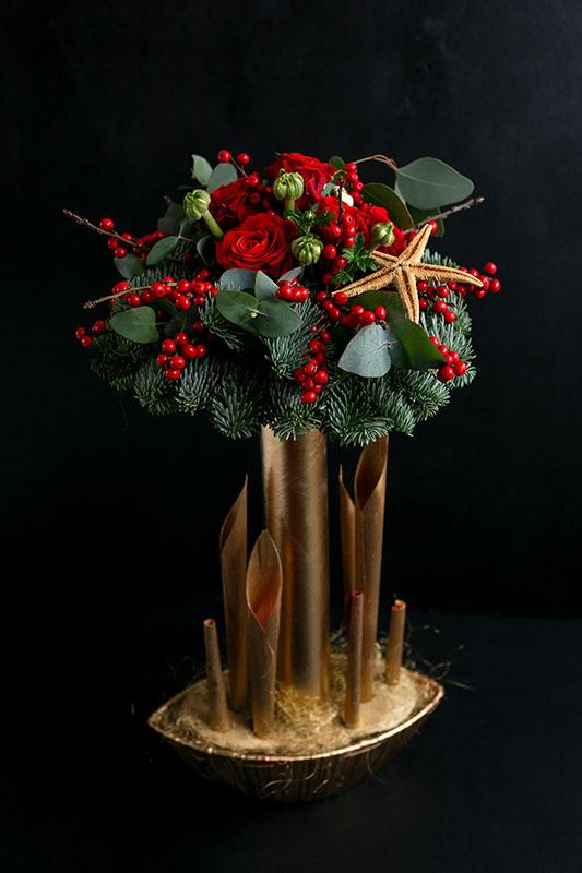 Композиция из цветов на новогодний стол