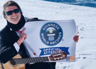 Rafael Serratell posa junto al premio por el récord Guinness en la Antártida.