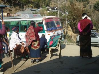 Nepalíes esperando transporte