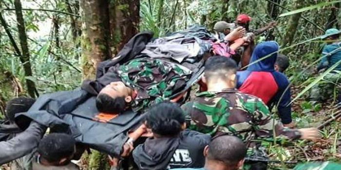 Resultado de imagen para Al menos 8 muertos y un niño superviviente al estrellarse un avión en Indonesia