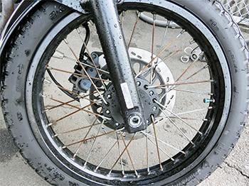 バイクのスポーク磨き