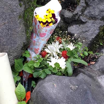 慰霊碑に供えられた花