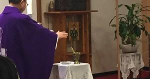 祭壇横に準備された灰の祝福