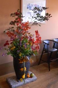 紅葉とホトトギスの活け込花