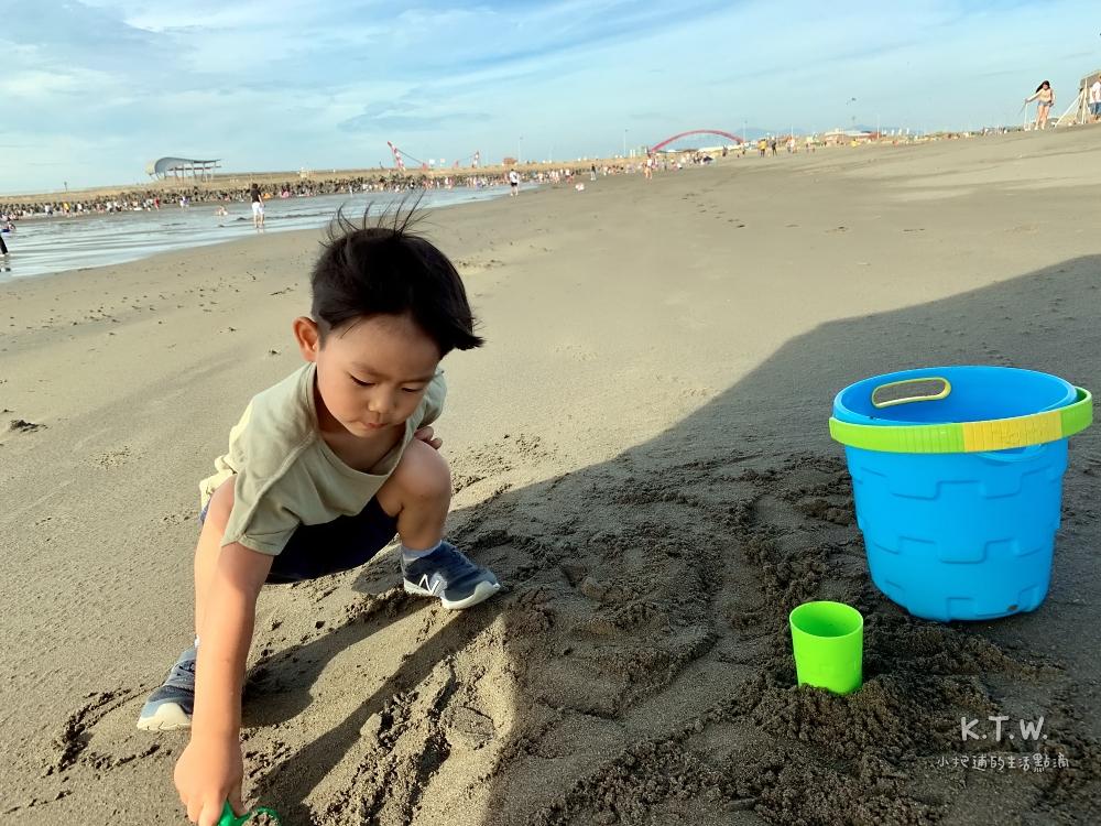 竹圍沙灘玩沙