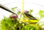 Кардиологи советуют добавлять в салаты оливковое масло