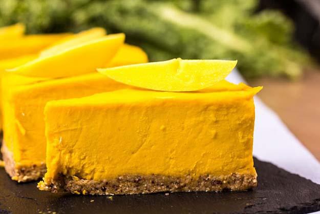 Сыроедческий лимонный торт