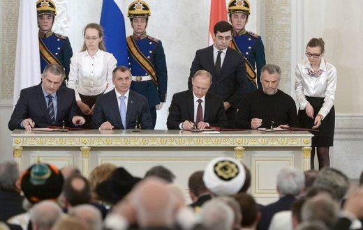 Signature du traité d'accession de la République de Crimée et Sébastopol à la Russie en mars 2014. (photo kremlin.ru)
