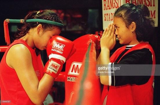 Fah Sathan giving mongkol blessing to Featherweight champion Rung-arun - Rangsit 2000