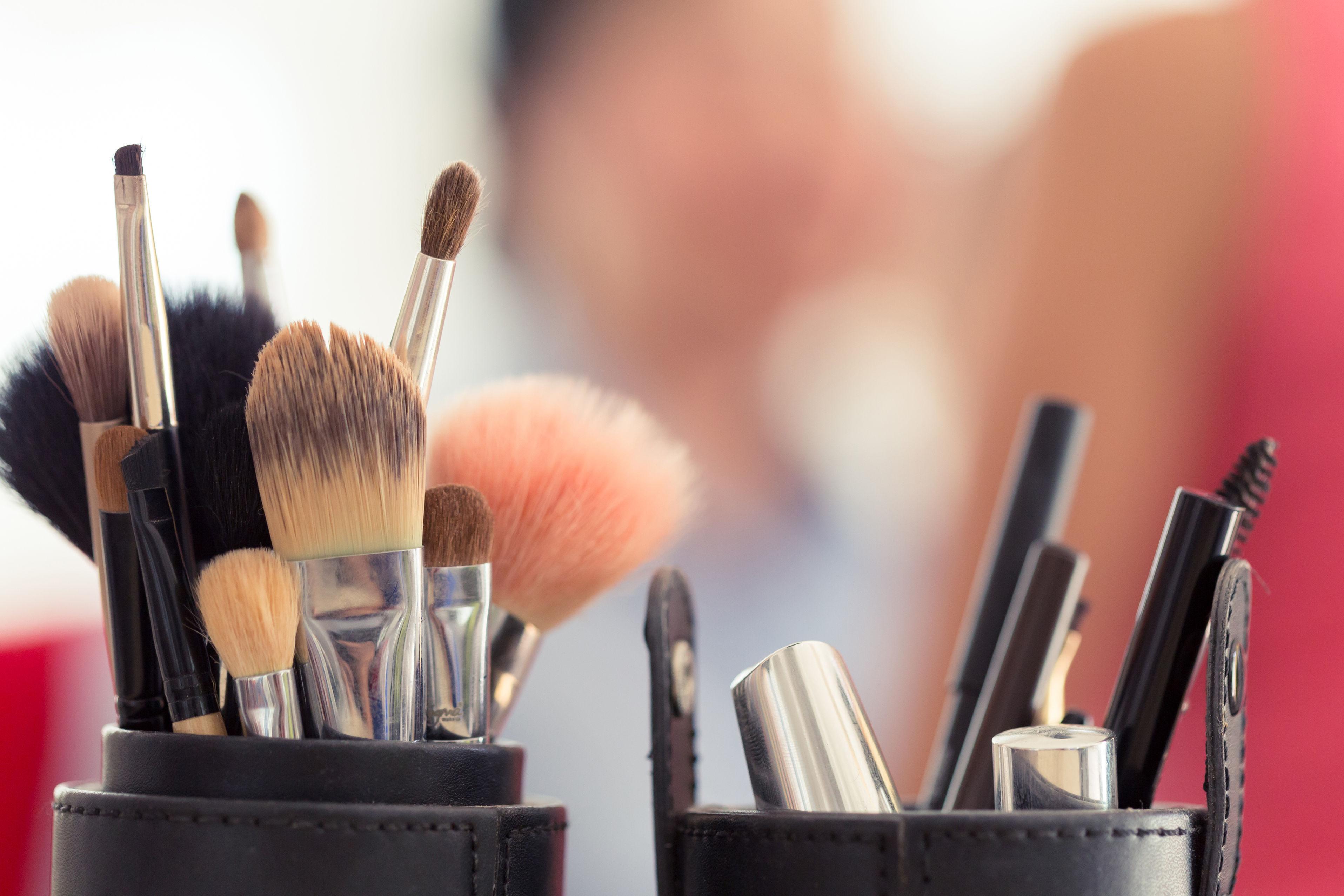 41042667 - sets makeup brush for professional makeup artist