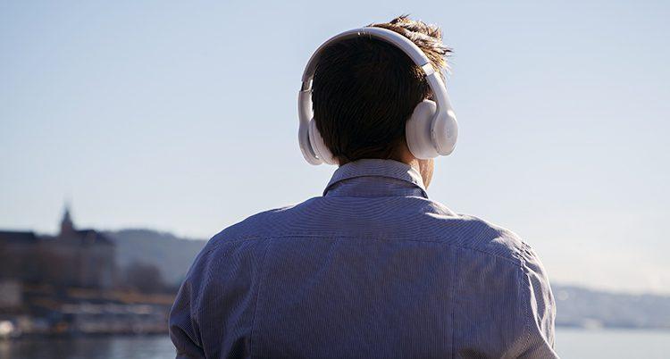 En man lyssnar på en ljudbo