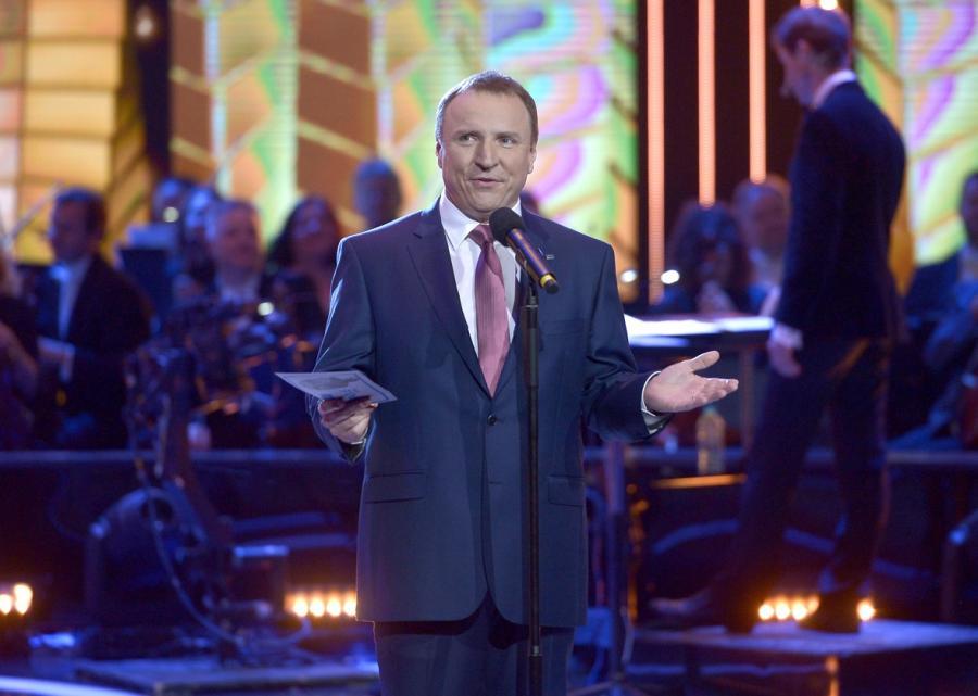 Jacek Kurski na scenie amfiteatru w Opolu