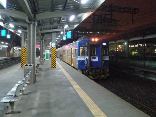 清晨四點多的松山站