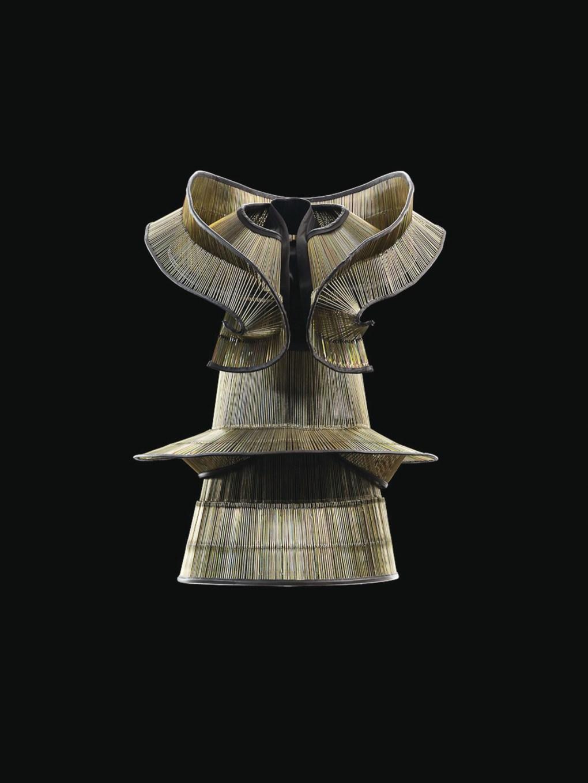 Iris van Herpen (Dutch, nacida en 1984), Chemical Crows, Vestido, Collar, Enero 2008. Costillas de paraguas para niños, cuero de vaca. Groninger Museum, 2012.0192.a-b. Foto por Bart Oomes, No 6 Studios. © Iris van Herpen