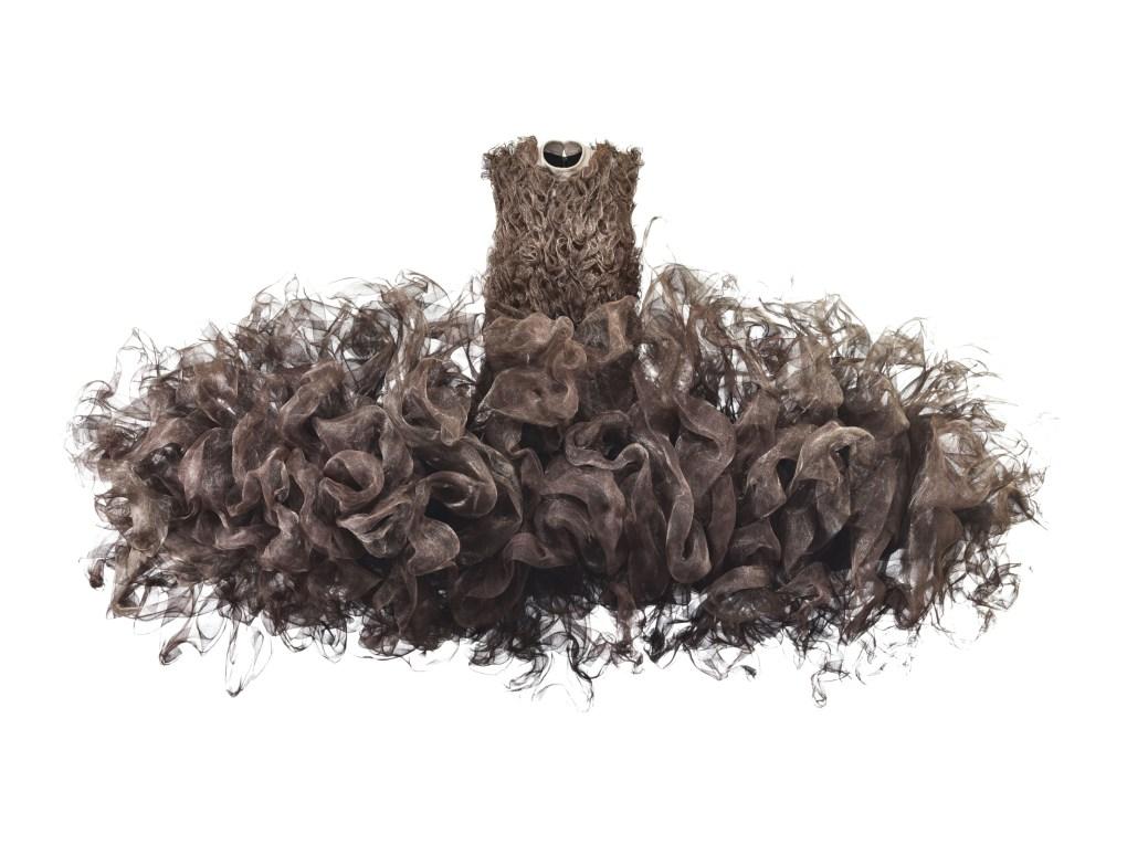 Iris van Herpen (Holanda, nacida en 1984), Refinery Smoke, Vestido, Julio 2008. Malla de metal tejido sin tratar, cuero de vaca, algodón. Groninger Museum, 2012.0196. Foto por Bart Oomes, No 6 Studios. © Iris van Herpen