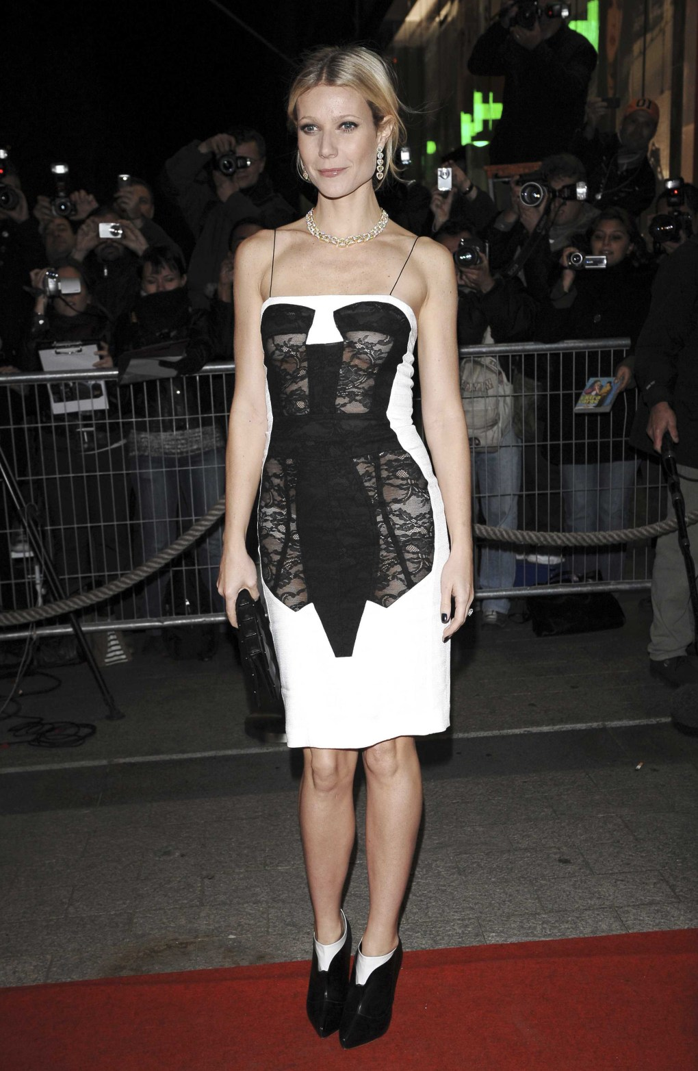 Vestido trompe l'oeil corset diseñado por Antonio Berardi, Primaera-Verano 2009, vestido por Gwyneth Paltrow. Foto: Sipa Press/REX Shutterstock (814298c) Gwyneth Paltrow 'Two Lovers' film premiere, Paris, France - 04 Nov 2008 Directed by James Gray and starring Joaquin Phoenix, Gwyneth Paltrow, Vinessa Shaw and Isabella Rossellini, 'Two Lovers' is a Brooklyn-set romantic drama about bachelor Leonard (Phoenix), who moves back in with his parents following a recent heartbreak. His concerned parents try to set him up with Sandra (Shaw), the sweet and caring daughter of a close family friend. However, Leonard finds himself torn between Sandra and his beautiful but volatile new neighbour, Michelle (Paltrow).