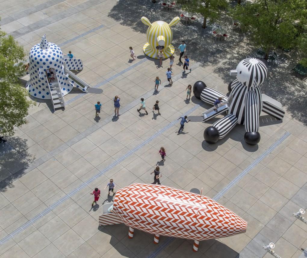 """Tiovivo: Whimsical Sculptures by Jaime Hayon"" en la Piazza Carroll Slater Sifly del High Museum of Art en Atlanta. Foto: Jonathan Hillyer."