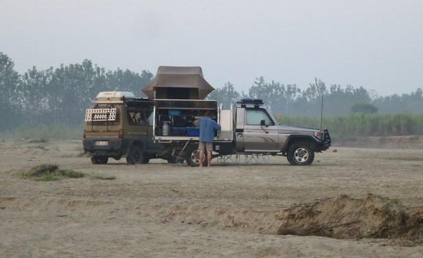 Letzter Campspot in Indien im Flussbett bei Banbasa