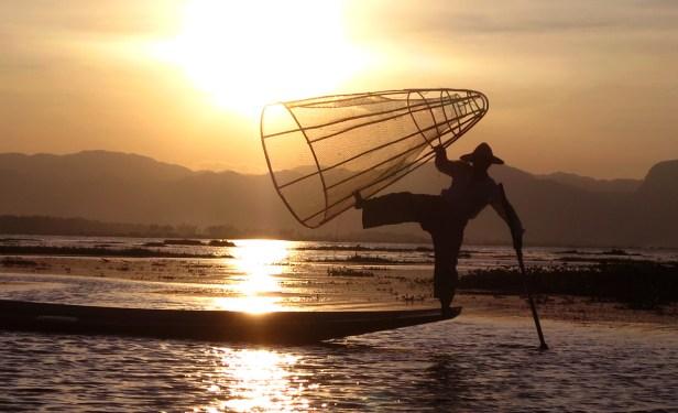 Der Touristen-Nap schlechthin, den alle sehen wollen: Fischer in natürlicher Pose. Natürlich muss man dafür bezahlen ...