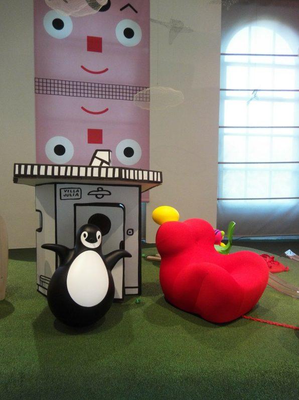 Casita de cartón Villa Julia de Javier Mariscal y pingüino Pingy de Pingy de Eero Aarnio para Magis Mee Too.