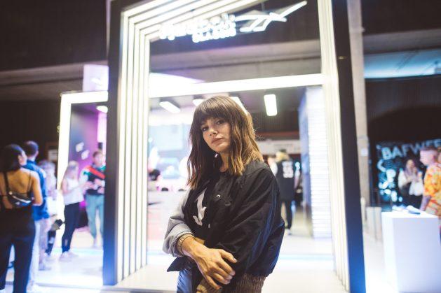 La actriz Natalie Pérez se relajó en el stand de Reebok en BAFWEEK luego del desfile junto a Roma Renom